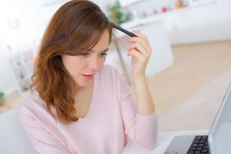 mujer sola: Mujer que estudia desde casa