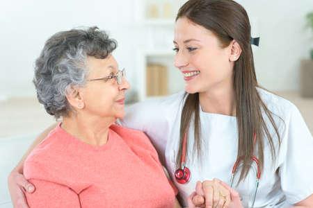 zdravotnictví: Home návštěvě staré pacienta