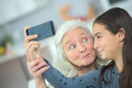 abuela: La abuela y el joven de tomar una foto de sí mismos