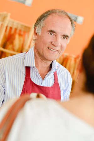 siervo: Baker, que sirve a uno de sus clientes Foto de archivo