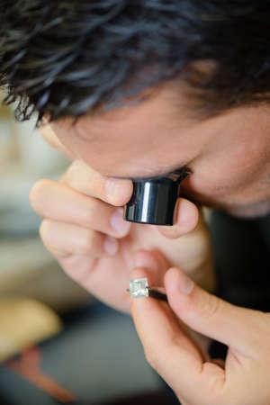 Juwelier Beurteilung einen Ring Lizenzfreie Bilder