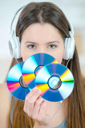 equipo de sonido: Mujer que sostiene un manojo de cds