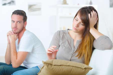 irrespeto: Pareja sin hablar el uno al otro