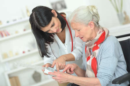 年配の女性は彼女の薬を整理