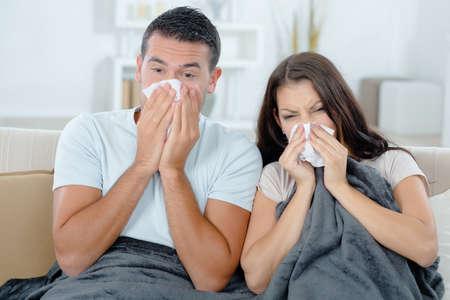 enfermos: Pareja enferma en el sof� Foto de archivo