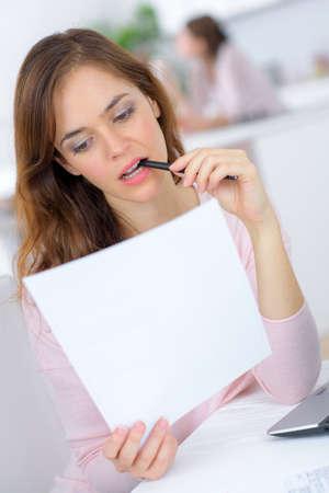 personen: Vrouw bestuderen vanuit huis