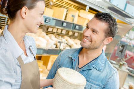 siervo: Dependienta servir queso