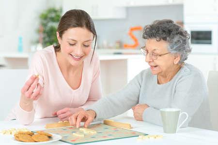 Une femme âgée de jouer un jeu de plateau Banque d'images
