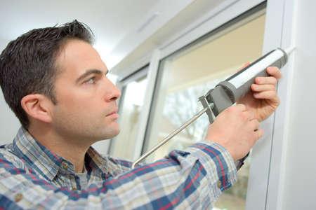 Handyman Verstemmen ein Fenster Lizenzfreie Bilder