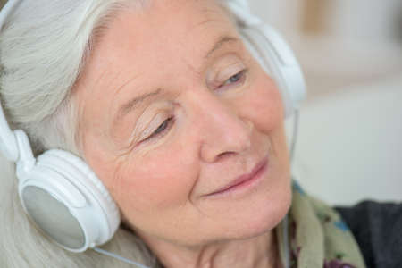 alte dame: Alte Dame gerne Musik h�ren