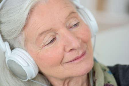 personas escuchando: Anciana le gusta escuchar música