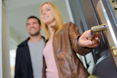 Couple opening a door Stockfoto