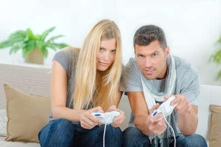 jugando videojuegos: Competitivas pareja jugando juegos de video Foto de archivo