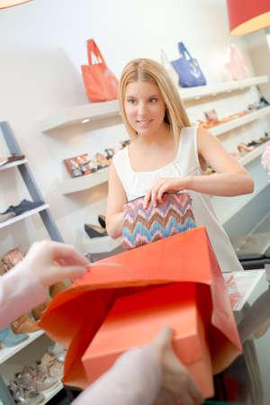 comprando zapatos: Señora en zapatos de compra Caja Foto de archivo