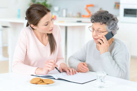 haushaltshilfe: Helping senior lady with her finances