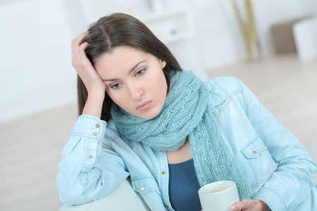 mujer triste: Mujer triste que sostiene una taza de café