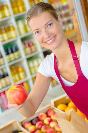 siervo: La secci�n de frutas del supermercado Foto de archivo