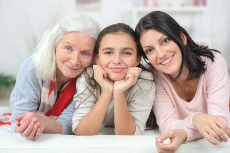 소파에 앉아있는 3 세대 여성