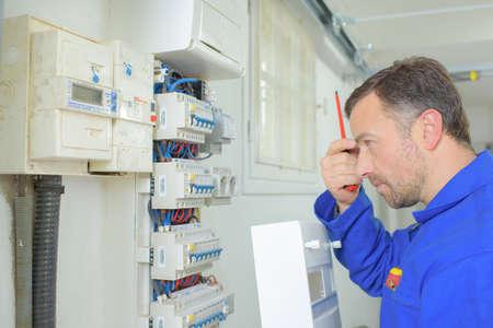 proteccion: Electricista en el trabajo Foto de archivo