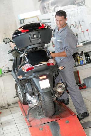 carga: Mecánico que controla una moto
