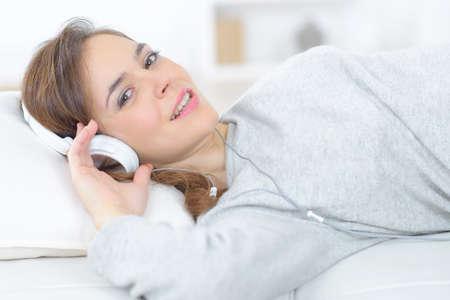 mujer alegre: Mujer que se relaja un poco de música