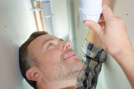 fontanero: Fontanero reparaci�n de una tuber�a con fugas