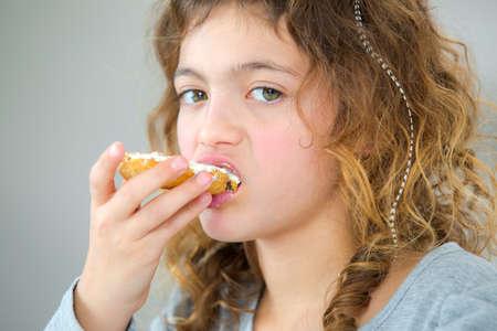 comiendo pan: Ni�a de comer el pan Foto de archivo