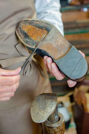 chaussure: Encollage sur les nouvelles semelles