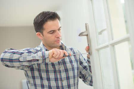 puerta: El ajuste de una nueva puerta Manitas Foto de archivo