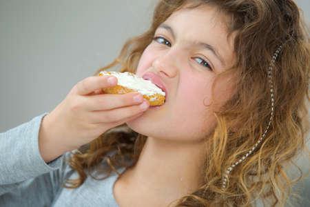 comiendo pan: Niña de comer el pan Foto de archivo