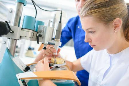 Zubní asistent learning na práci Reklamní fotografie