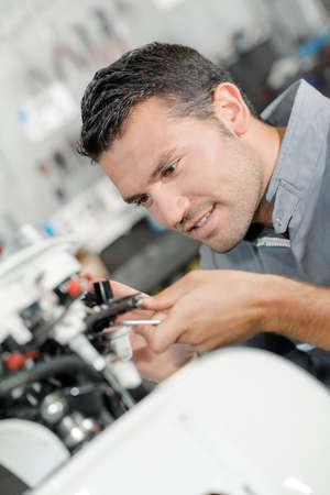 tornillos: Mecánico examinar un scooter