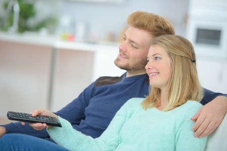 pareja viendo tv: Par ver tv en casa Foto de archivo