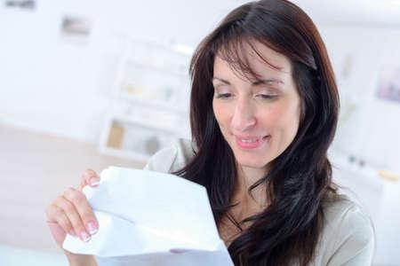 single woman: Mujer que abre una carta