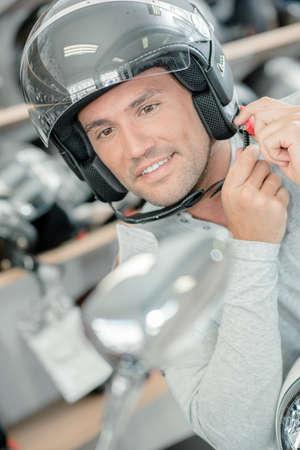casco moto: El intentar en un casco de motocicleta