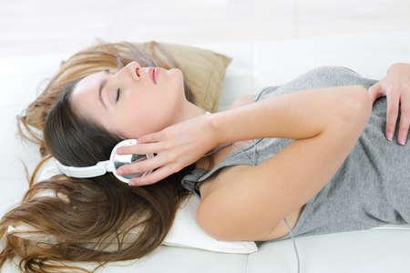 auriculares: Escuchar música al mismo tiempo que pone en el sofá