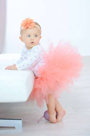 bebes niñas: Niña vestida con un tutú Foto de archivo