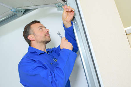 puerta: Reparación de una bisagra de puerta de garaje