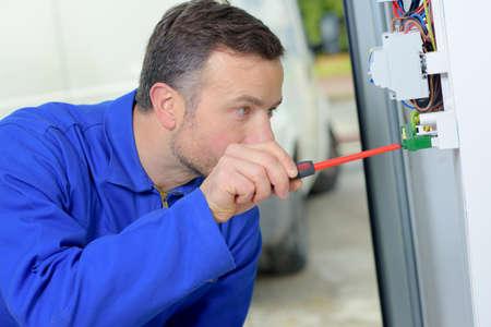 Elektricien werkt aan een zekeringkast Stockfoto