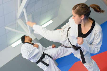 defensa personal: Toma de acción de juego de artes marciales