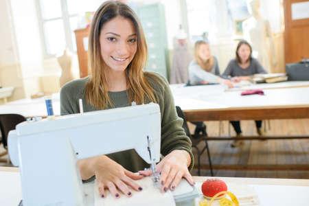 若い女性の裁縫師