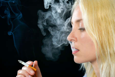 chica fumando: Mujer que fuma rubio Foto de archivo