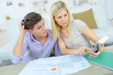 factura: Pareja de comprobar su situación financiera