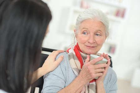 Senior vrouw wordt getroost door arts Stockfoto
