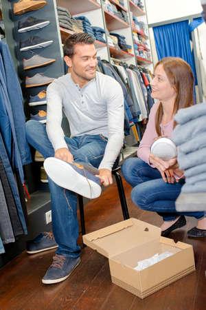 comprando zapatos: Zapatos de compra pareja juntos