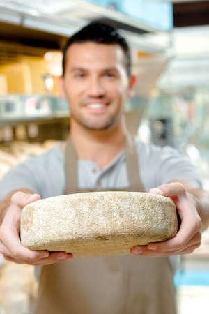 empleadas domesticas: Hombre que sostiene una rueda de queso