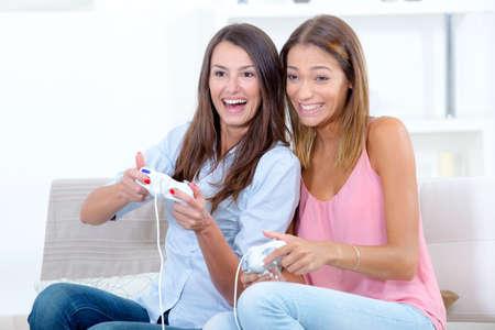 jugando videojuegos: Dos mujeres que juegan videojuegos