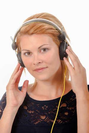 ojos marrones: Disfrutar de la música a través de auriculares Foto de archivo