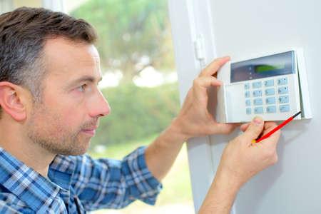 panel de control: Electricista montar una alarma de intrusión