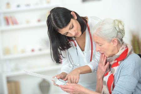 Arzt erklärt, die Pillen zu nehmen und wenn Lizenzfreie Bilder